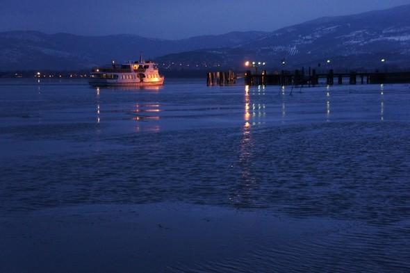 Isola Maggiore : pontile illuminato e illuminando il traghetto al suo arrivo   -   7/02/2012,  07:01.