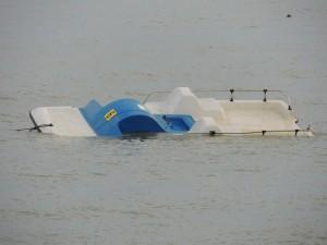 Après le passage du cyclone, un pédalo à la dérive près de la plage de Tuoro / Punto-Navaccia.