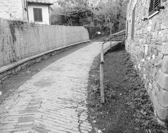 Un chemin tout aussi désert - Un percorso altrettanto deserto.