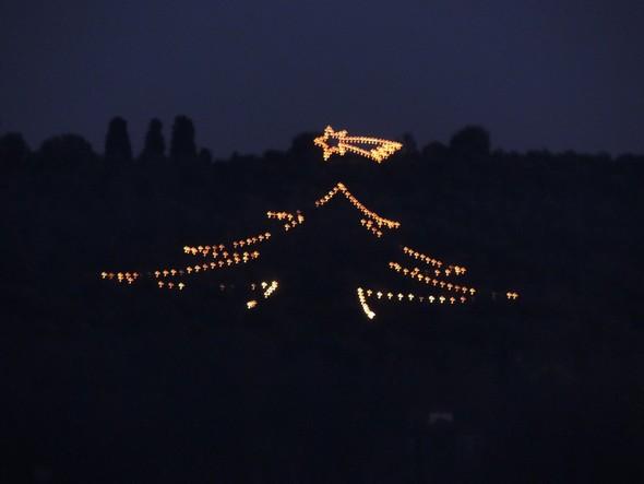 L'albero di Natale e la stella di Betlemme all'Isola Maggiore.