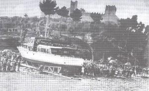 Mise à l'eau à Castiglione del Lago d'un des deux Esperia restructuré pour le transport de passagers.