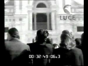 Afflux de pélerins devant la basilique  -  Première image d'une courte video en italien sur ce sujet.