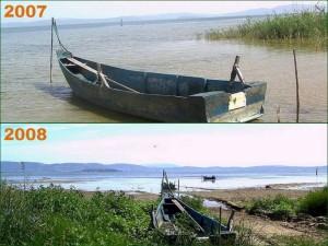 Photo d'une barque au même endroit en 2007 et 2008  -  Elle montre bien la baisse majeure du niveau du Trasimène en un an.