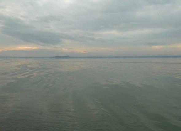 Le lac Trasimène avec, au fond, la silhouette de Castiglione del Lago - 30/12/2011, 16 heures.