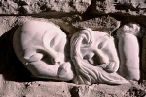 """Sculpture d'Agilla et Trasimeno dans un mur à Agello, """"frazione di Mangione"""" (Umbria)."""
