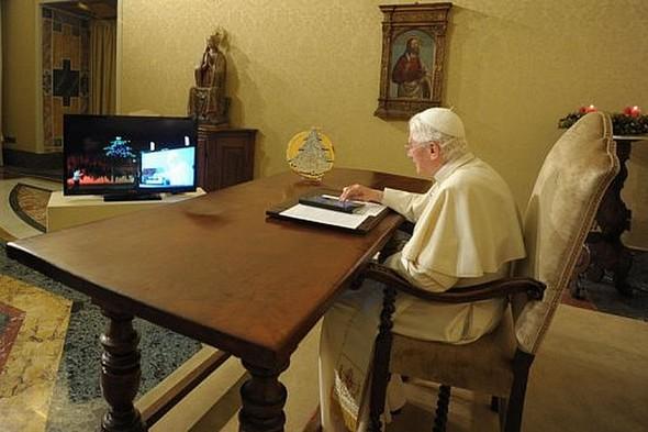 """Le pape Benoît XVI """"allume"""" à distance l'arbre de Noël de Gubbio à l'aide d'une tablette numérique."""