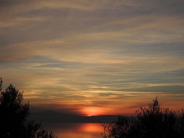 Photo prise du sommet de l'Isola Maggiore (chiesa San Michele Arcangelo) : le coucher de soleil se termine - 18/12/2013,  17:45.