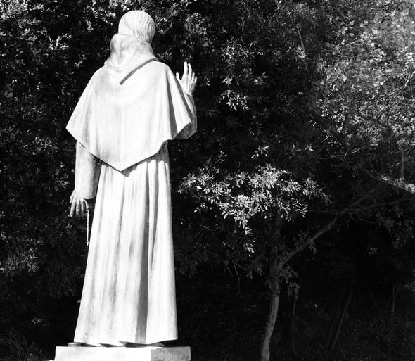 Le Lungolago de l'Isola Maggiore mène au lieu de débarquement de saint François en 1211 - Actuellement, sa statue semble continuer à bénir ce lieu empreint de paix et de spiritualité.