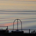 Sillage crépusculaire d'un traghetto en face de notre jardin (Isola Maggiore)   -   Scia crepuscolare di un traghetto di fronte al nostro giardino.