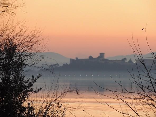 Le profil lointain de Castiglione del Lago  -  La figura distante di Castiglione del lago
