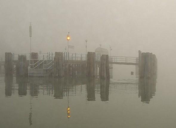 Le pontile de l'Isola Maggiore en plein brouillard     -     10/12/2013.