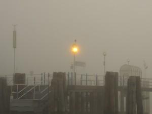 Le pontile de lIsola Maggiore en plein brouillard.