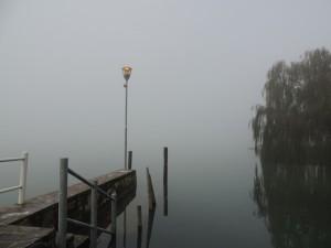 Le brouillard est un véritable mur à la sortie de notre darse privée.