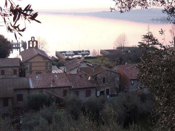 Vue sur la via Guglielmi et le lac Trasimène au départ de la strada di San Salvatore   -   18/12/2013,  17:54.