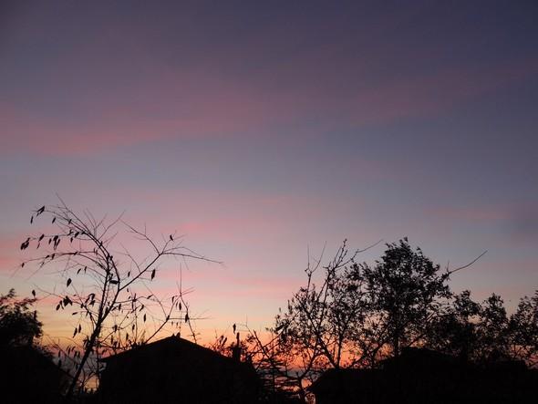 Toits de la via Guglielmi et bandes rosées des nuages au crépuscule - 18/12/2013,  18:02.