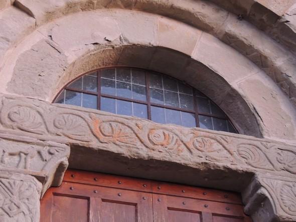 Lumière à peine rosée qui patine doucement le tympan de la chiesa di San Salvatore - 18/12/2013,   18:02