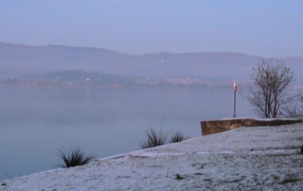 La plage de l'Isola Maggiore toute blanche de givre   -   18/12/2013,  18:00