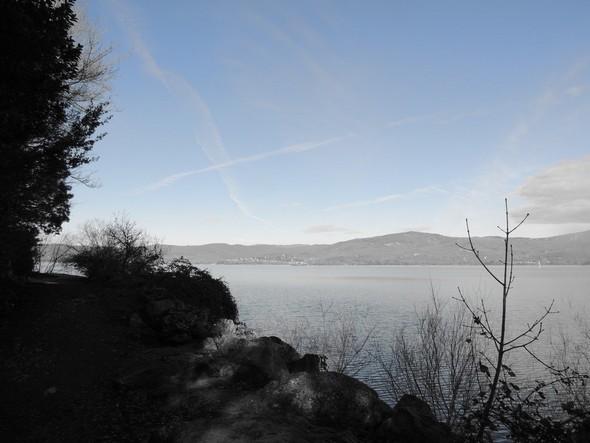 Vue depuis le lungolago - Belles masses bleues du lac Trasimène et du ciel.
