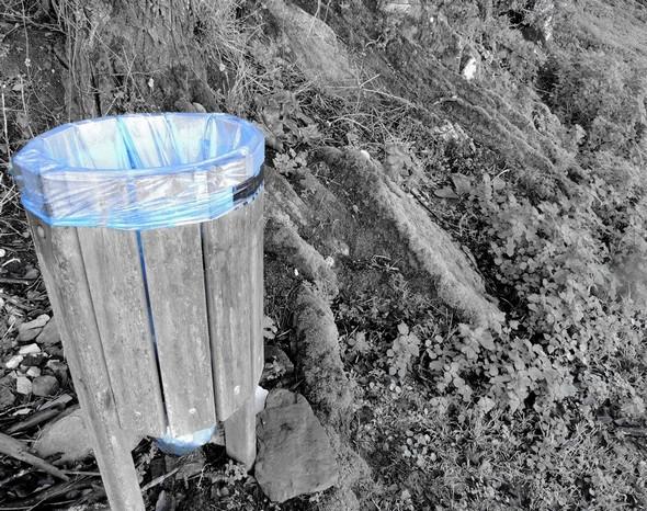 Au lungolago, les boîtes à ordures toujours sans couvercle !   -   Couleur bleu qui tranche dans le paysage.