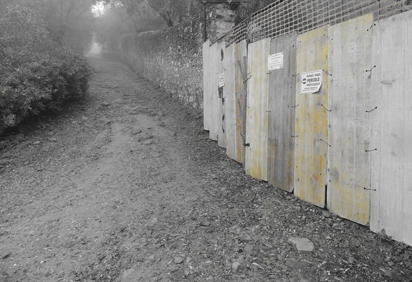 Nouvelle fermeture de l'accès à la Villa Guglielmi, strada di san Michele Arcangelo - Brouillard et teinte orangée.