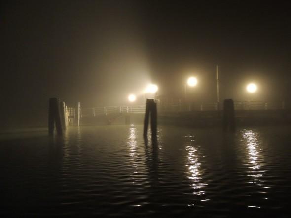 Proche de l'extrémité du débarcadère et sur le point de naviguer à l'aveuglette dans la purée de pois.