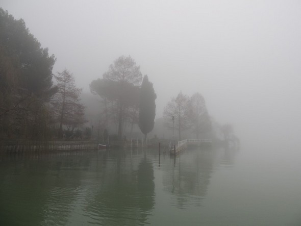 Départ de notre darse privée à l'Isola Maggiore, un jour d'écrasant brouillard. - 11/01/2014,  11:24
