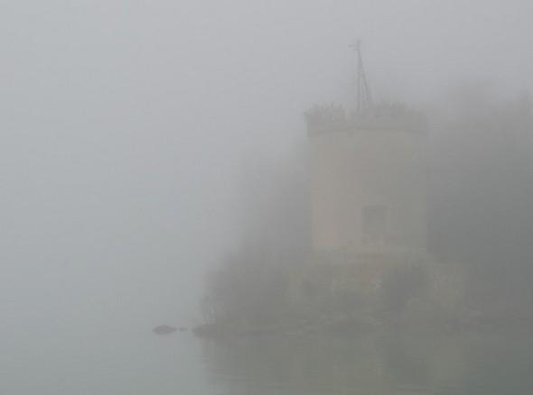 Tout près de la tour pierreuse qui portait le moulin à vent.