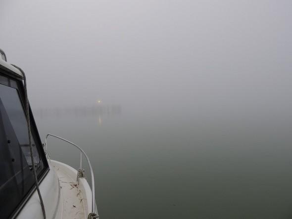 On commence à discerner la silhouette et le fanal du débarcadère de l'Isola Maggiore.