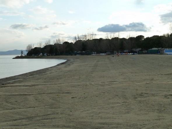A - 96, la plage est toujours extrêmement vaste et évoque, pour nous belges, les vastes étendues sableuses des plages de la mer du Nord. Pas de parasols en hiver !    -    19/12/2011.