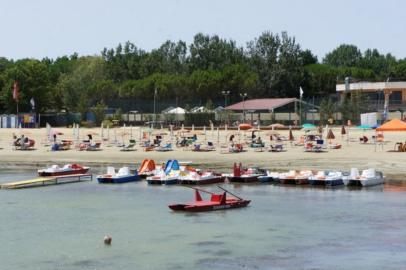 Cette situation permet l'accueil confortable des nombreux estivants venus goûter la beauté du Trasimène  -  15 juillet 2012.