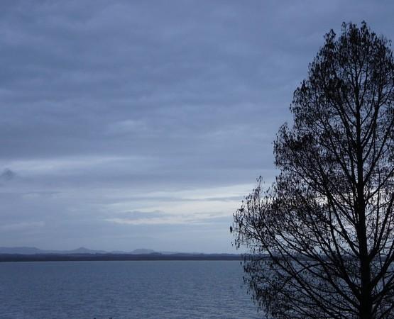 En face de chez nous, la rive ouest du lac et quelques collines de Toscane.