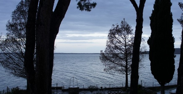 Depuis mon bureau à l'Isola Maggiore, les nuances éthérées de l'essor du jour au-dessus du lac Trasimène.