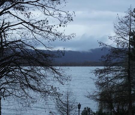 Du balcon de mon bureau, vue vers Tuoro situé sur la rive nord du lac Trasimène.