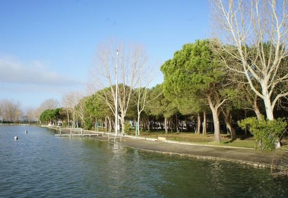 Le quai bétonné qui sert de plage privée au camping est presque à hauteur du Trasimène.