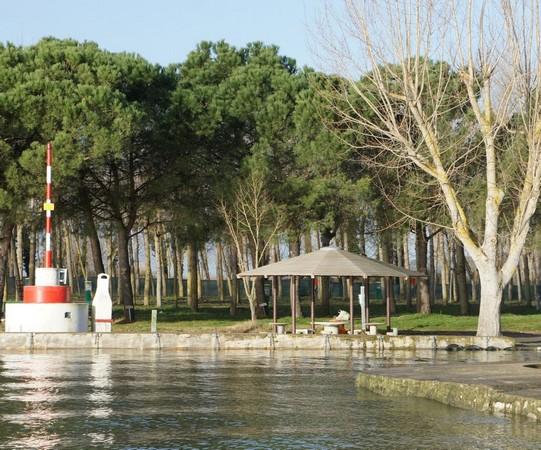 A droite, l'entrée du port privé du camping avec l'eau qui lèche les quais.