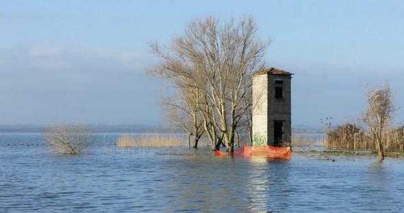 A la pointe extrême de Punta Navaccia, un second bâtiment est lui complètement encerclé par les eaux du Trasimène.
