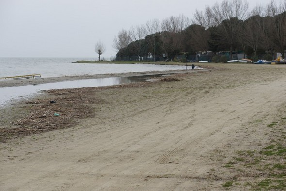 Nous nous rapprochons de l'extrémité sud, près du camping, là ou le dépôt d'eau s'est réduit, mais où le Trasimène s'est par contre le plus avancé directement sur la plage...