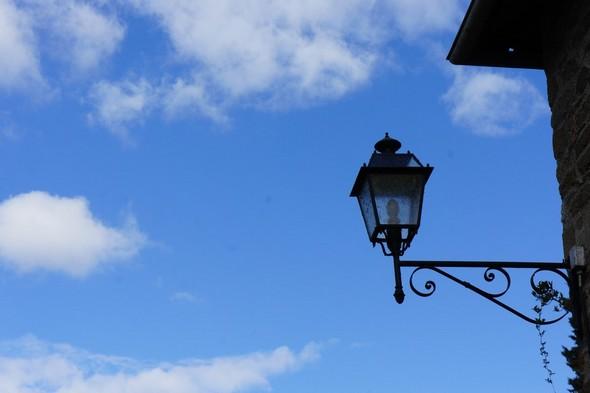 Dans la rue Guglielmi, le pur bleu du ciel ne peut que réjouir nos visiteurs.