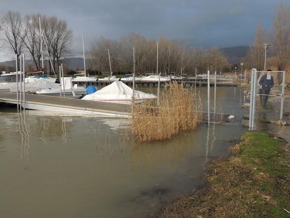 L'extrémité du premier quai flottant est submergée à son point d'accrochage au chemin de la rive.