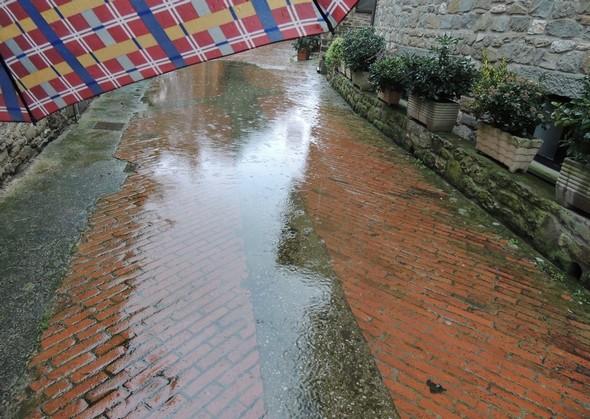 """Via Guglielmi, à côté de l'auberge-restaurant """"Da Sauro""""  -  Le parapluie est de rigueur."""
