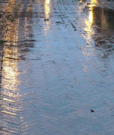 Beaux reflets dans les nappes d'eau qui jalonnent la via Guglielmi.
