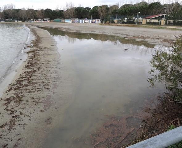 Au zéro hydrométrique et après les nombreuses pluies des derniers jours, la plage est encore plus rétrécie par l'apparition d'une longue nappe d'eau - 3/02/2014.