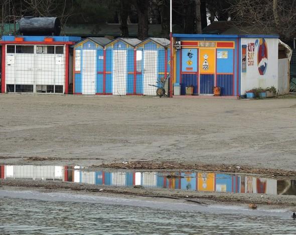 Cette nappe d'eau agrémente la plage de beaux reflets colorés...