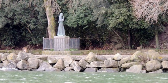 L'esplanade de la statue de saint François n'est plus protégée que par un modeste amas rocheux - 3/02/2014.