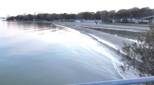 14 février 2014 : photo prise au crépuscule, depuis le pontile de Tuoro-Navaccia alors que le niveau hydrométrique du lac Trasimène est monté à +13  - La nappe d'eau est toujours visible et réduit fortement la plage.