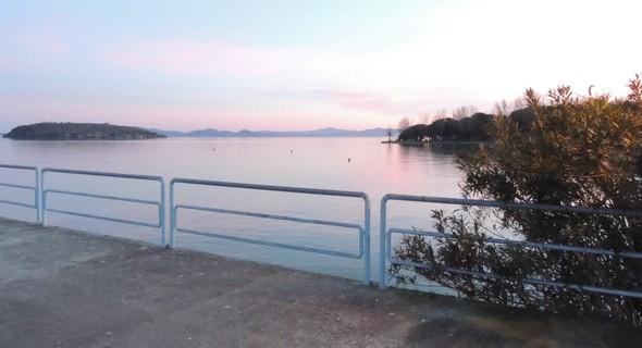 14 février 2014 : à gauche l'Isola Maggiore, à droite l'extrémitésud du lido de Tuoro-Navaccia  -  Le lac Trasimène est au niveau  +13.