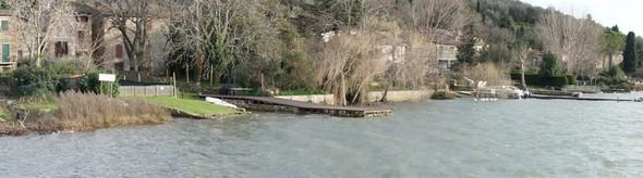 """Vue panoramique de la seule rive habitée de l'Isola Maggiore, du restaurant """"L'Oso"""" jusqu'au pied du débarcadère des traghettos."""