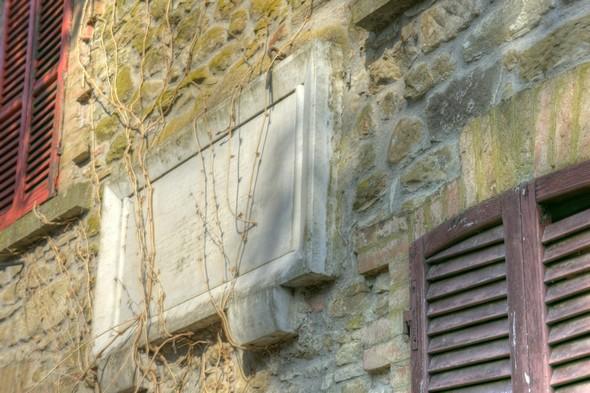 Sur la façade de la maison d'en face, la plaque qui commémore l'assassinat de trois insulaires par les troupes nazies.