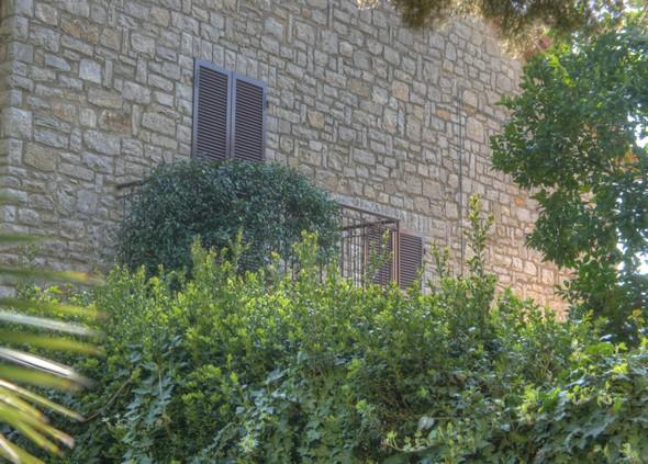 Balcon de la maison adjacente au petit square qui termine la via Guglielmi à son extrémité sud.