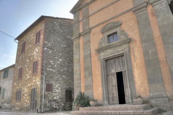 Dans la via Guglielmi, la façade avant de la chiesa Buon Gesù.